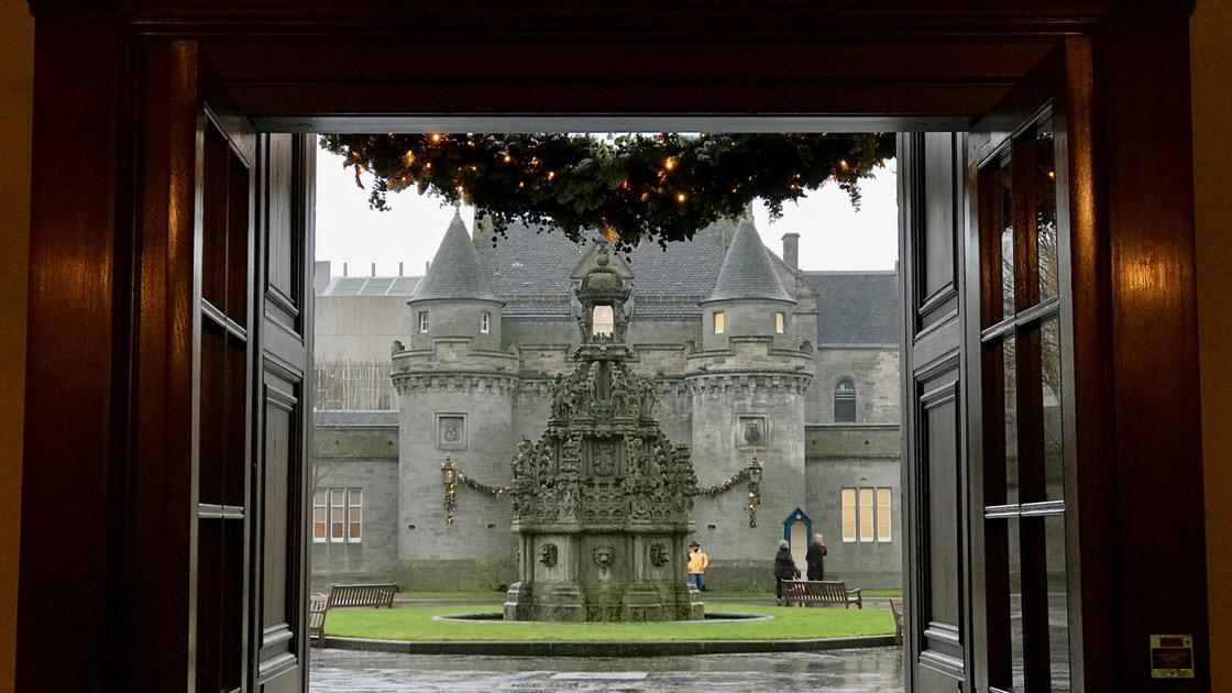 Widok z Pałacu Holyrood na fontannę i bramę wjazdową. Foto: T. Bobrowski