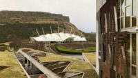 Widok z budynku Parlamentu Szkocji na Arthur's Seat. Foto: T. Bobrowski