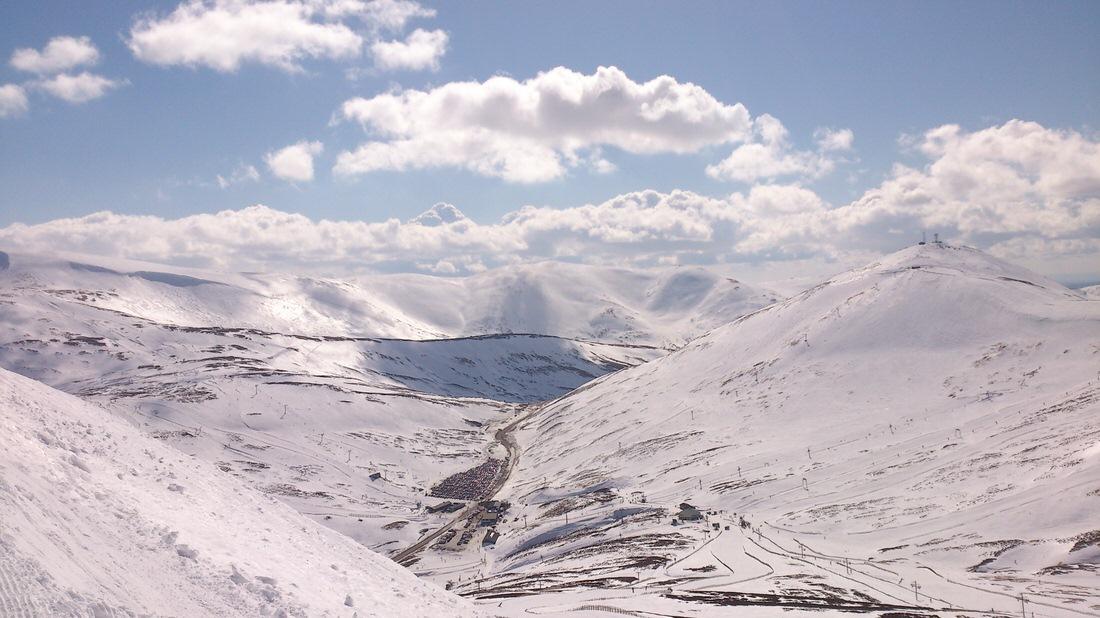 Pogoda w Szkocji to nie tylko deszcz i wiatr. W wyższych partiach można bez problemu zjeżdżać na nartach. Foto: M. Błażejczak
