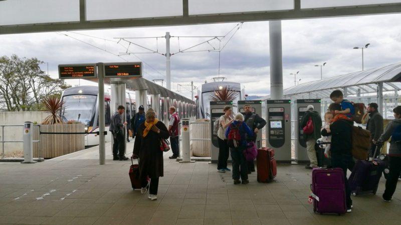 Jak dojechać z lotniska do Edynburga? Najlepiej tramwajem lub autobusem. Foto: M. Błażejczak