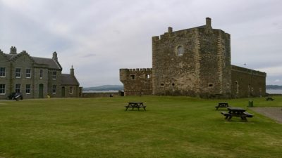 Blackness Castle, wieża południowa i koszary. Foto: M. Błażejczak