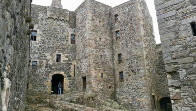 Blackness Castle, dziedziniec. Foto: M. Błażejczak