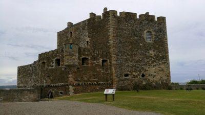 Blackness Castle, wieża rufowa i główne wejście do zamku. Foto: M. Błażejczak